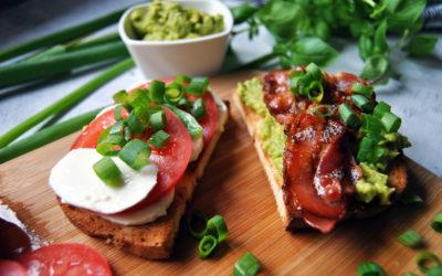 Bezglutenowa kanapka z mozzarellą i pomidorem, oraz kanapka z pastą z awokado i bekonem