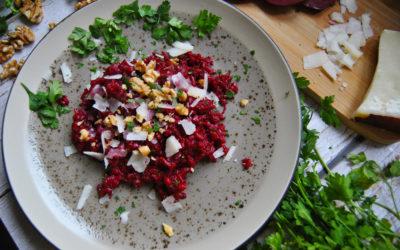 Bezglutenowe risotto z burakiem, kozim serem i orzechami włoskimi